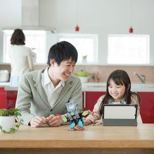 プログラミングの勉強をする親子の写真素材 [FYI01952849]