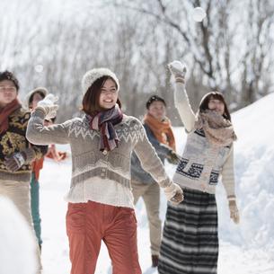 雪合戦をする若者たちの写真素材 [FYI01952854]