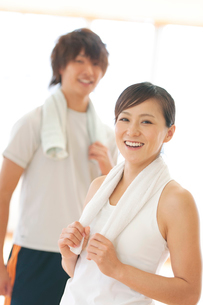 スポーツジムで微笑むカップルの写真素材 [FYI01952919]