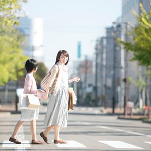 買い物をする親子の写真素材 [FYI01952922]