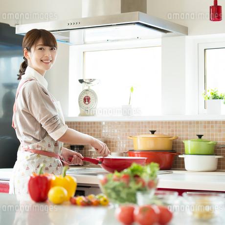 キッチンで料理をする女性の写真素材 [FYI01952923]