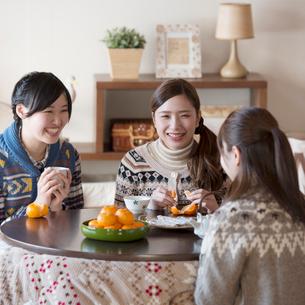 こたつで談笑をする3人の女性の写真素材 [FYI01952928]