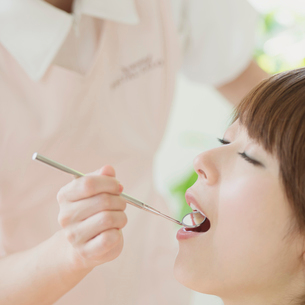 歯医者で検診を受ける女性の写真素材 [FYI01952968]