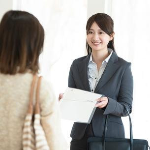 部屋の内見をする女性とビジネスウーマンの写真素材 [FYI01952993]