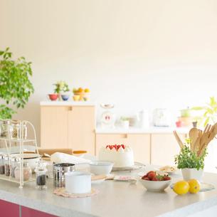 ケーキのあるキッチンの写真素材 [FYI01952999]