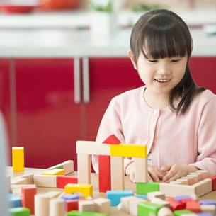 積み木で遊ぶ女の子の写真素材 [FYI01953011]