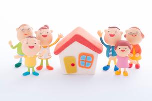 3世代家族と家のクラフトの写真素材 [FYI01953022]