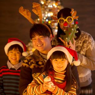 クリスマスパーティーをする親子の写真素材 [FYI01953030]