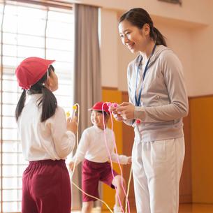 縄跳びの指導を受ける小学生の写真素材 [FYI01953036]