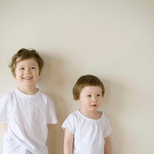 微笑むハーフの兄弟の写真素材 [FYI01953043]