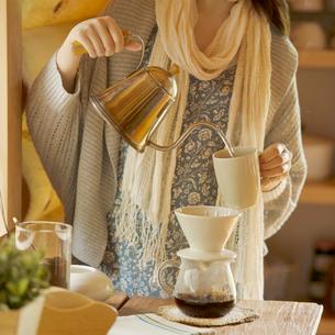 コーヒーを入れる女性の手元の写真素材 [FYI01953055]