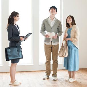 部屋の内見をする夫婦とビジネスウーマンの写真素材 [FYI01953065]