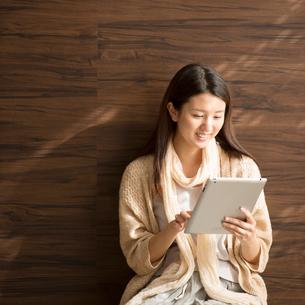 タブレットPCを操作する女性の写真素材 [FYI01953072]