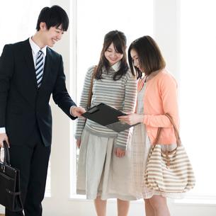 部屋の内見をする2人の女性とビジネスマンの写真素材 [FYI01953081]