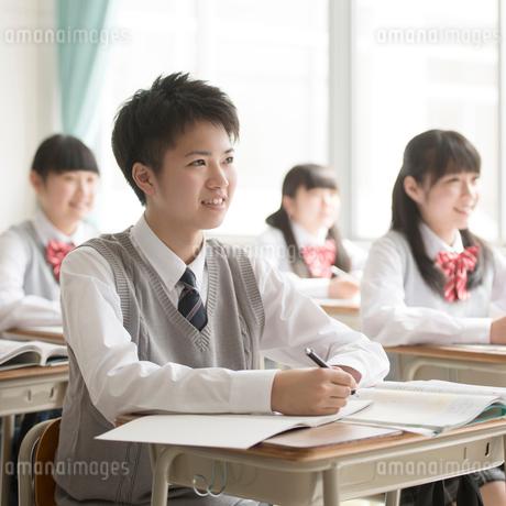 教室で授業を受ける男子学生の写真素材 [FYI01953104]