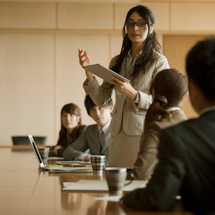 会議をするビジネスウーマンとビジネスマンの写真素材 [FYI01953127]