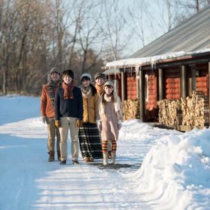 雪道を歩く若者たちの写真素材 [FYI01953141]
