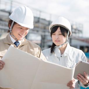 工事現場で図面を見る作業員の写真素材 [FYI01953143]