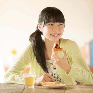 ケーキを食べる女性の写真素材 [FYI01953147]