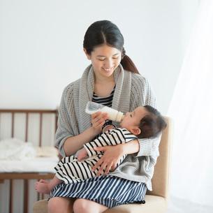 赤ちゃんにミルクをあげる母親の写真素材 [FYI01953159]