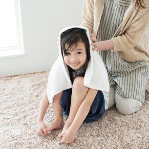 母親に髪を拭いてもらう女の子の写真素材 [FYI01953163]