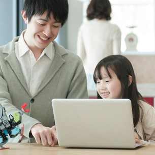 プログラミングの勉強をする親子の写真素材 [FYI01953172]