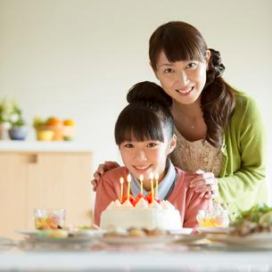 パーティーをする親子の写真素材 [FYI01953176]