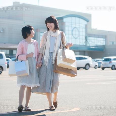 買い物をする親子の写真素材 [FYI01953182]