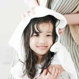 母親に髪を拭いてもらう女の子の写真素材 [FYI01953185]