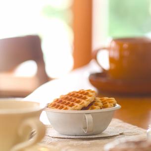 テーブルに置かれた紅茶とお菓子の写真素材 [FYI01953191]