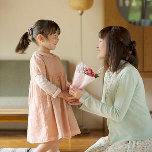 母親に花束を渡す女の子の写真素材 [FYI01953192]