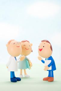 MRと話をする医療関係者のクラフトの写真素材 [FYI01953195]