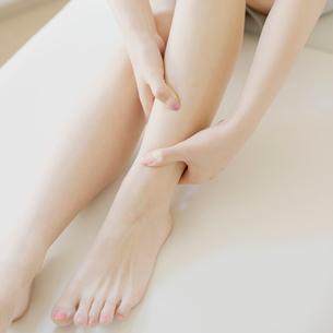 足のマッサージをする手元の写真素材 [FYI01953201]