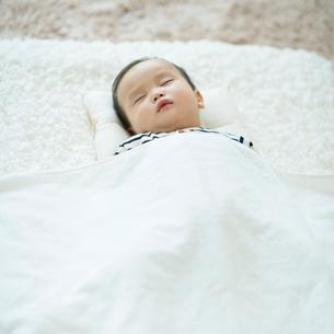 お昼寝をする赤ちゃんの写真素材 [FYI01953208]