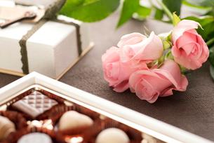 バレンタインチョコレートとバラの花の写真素材 [FYI01953234]