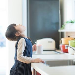 うがいをする女の子の写真素材 [FYI01953267]