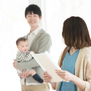 部屋の内見をする家族の写真素材 [FYI01953270]