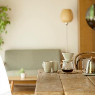 コーヒーの置いてある部屋の写真素材 [FYI01953303]