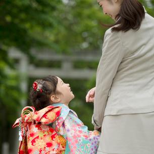 母親と手をつなぐ七五三の女の子の後姿の写真素材 [FYI01953311]