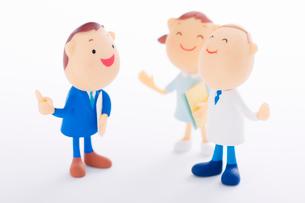 MRと話をする医療関係者のクラフトの写真素材 [FYI01953321]