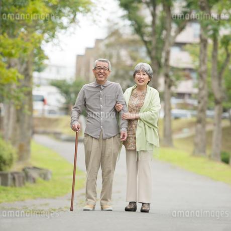 公園で微笑むシニア夫婦の写真素材 [FYI01953339]