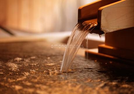 露天風呂の湯口の写真素材 [FYI01953354]