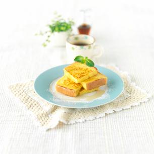 フレンチトーストとコーヒーのある朝食の写真素材 [FYI01953363]