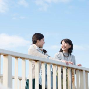 歩道橋の上で談笑をする親子の写真素材 [FYI01953384]