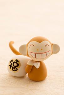 福袋を持つ猿 干支のクラフトの写真素材 [FYI01953386]