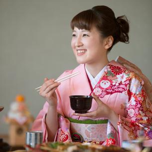 お雑煮を食べる女性の写真素材 [FYI01953387]