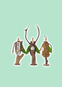 立っている木の人形のオーケストラと緑 クラフトの写真素材 [FYI01953400]