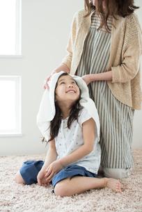 母親に髪を拭いてもらう女の子の写真素材 [FYI01953401]