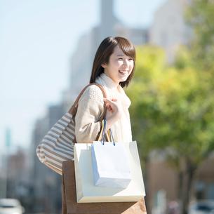 買い物をする女性の写真素材 [FYI01953425]