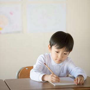 教室で勉強をする小学生の写真素材 [FYI01953442]